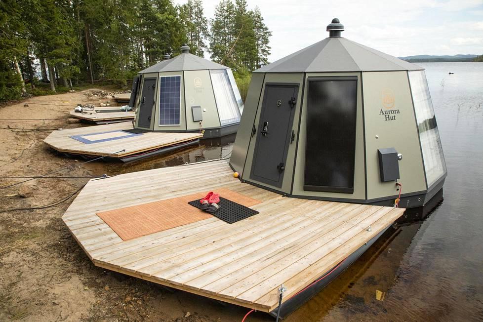 Sinkut majoittuivat saarella rannalle sijoitetuissa luksusigluissa.