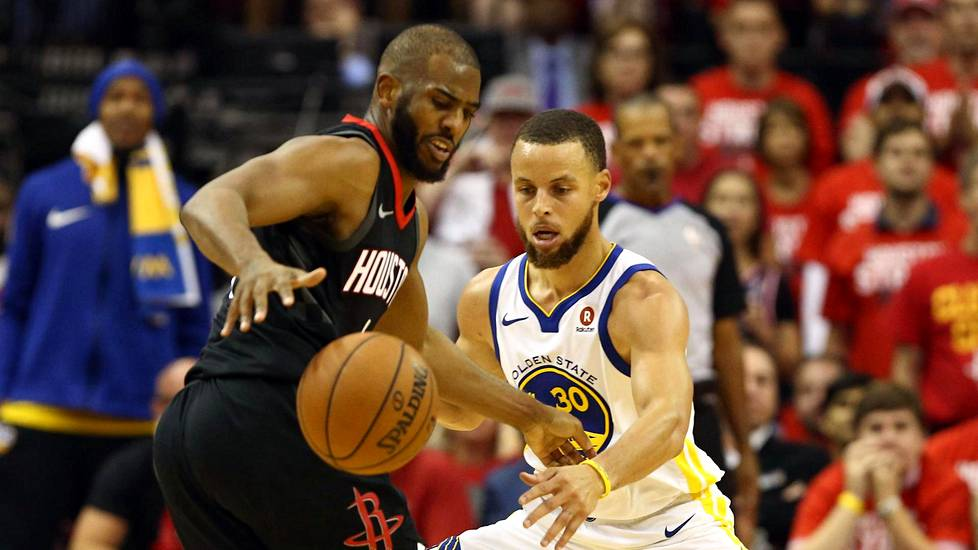 Golden State Warriorsin Stephen Curry (oik.) puolusti Houston Rocketsin Chris Paulia.