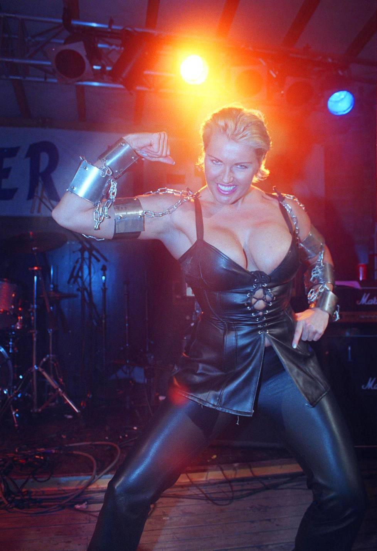 Marianne Kiukkonen lavalla Mr. Finland -kisan yhteydessä vuonna 2000.