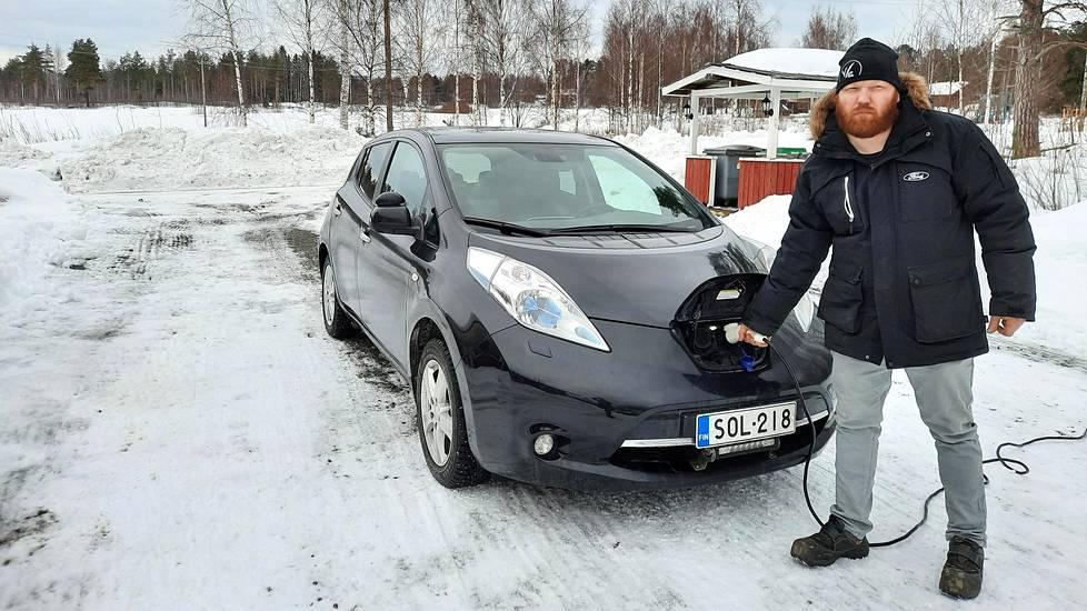 Lähimmästä isosta kaupungista katsoen syrjäseudulla asuva Mikko Huikko laittaa auton lataukseen yön ajaksi. Aamulla töihin lähtiessä ajoakku on täynnä. Ei sen kummempaa kuin kaupungissa.