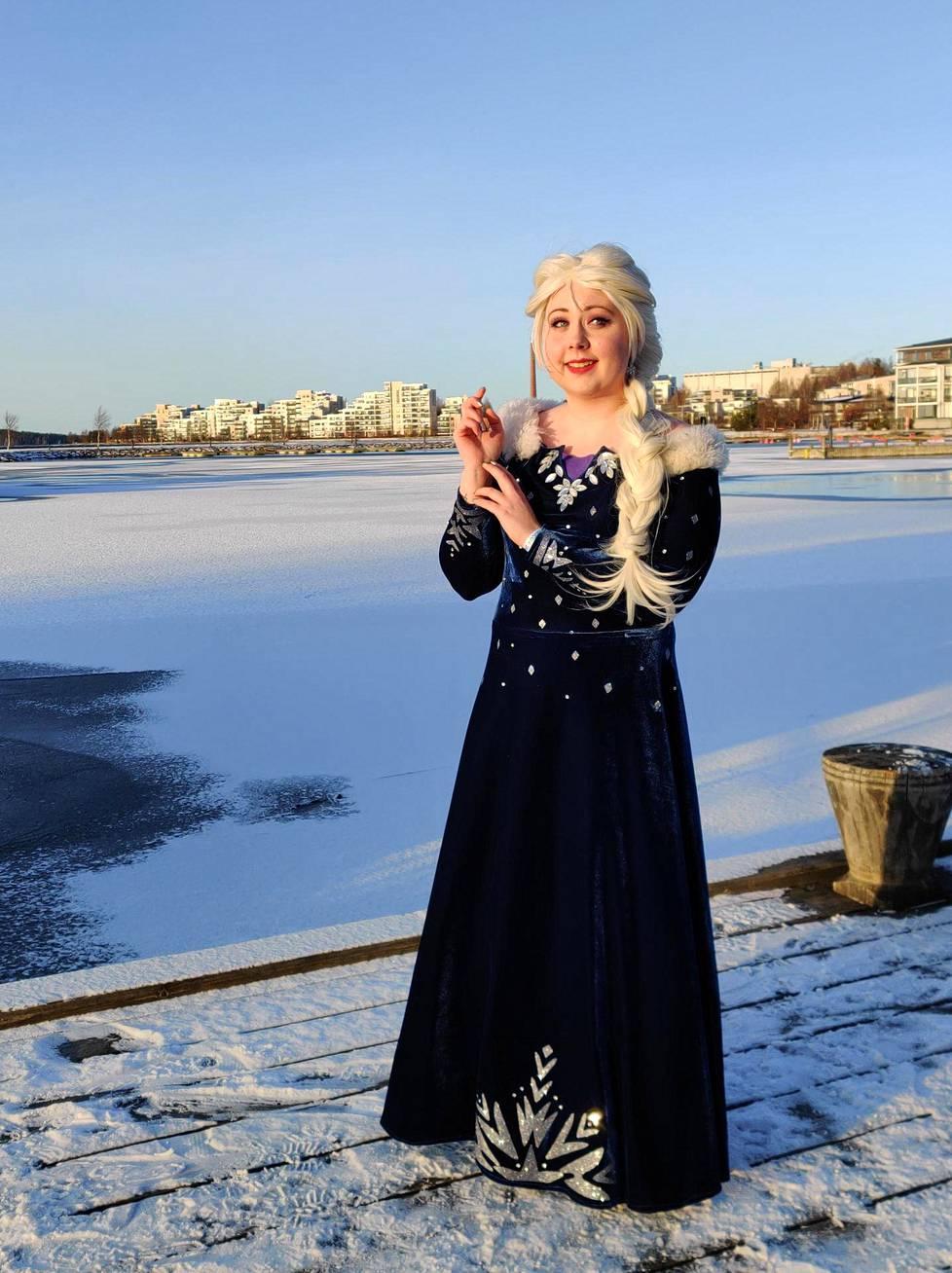 Frozenin Elsa on myös Iran lempiasuja. Ira jakaa kuvia asuistaan @lady.of.light -Instagram-tilillään.