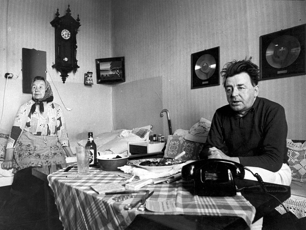 Elämänsä loppuvaiheessa Olavi Virta asui Tampereella uskollisen ihailijansa, leskirouva Hulda Simulan luona.