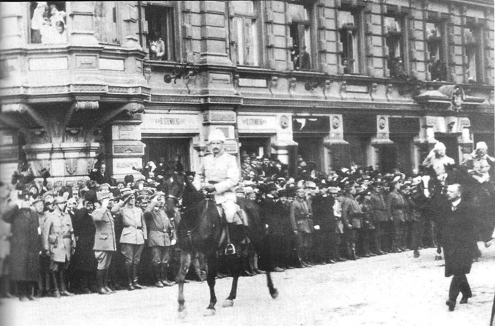 Mannerheim Esplanadilla valkoisten voitonparaatissa Helsingissä 16. toukokuuta 1918.