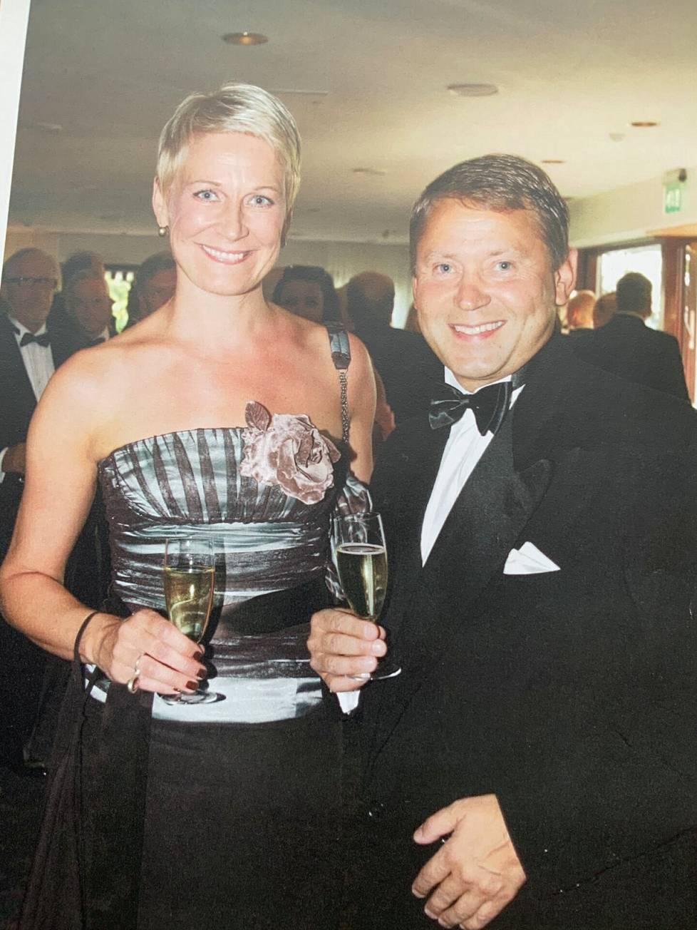 43-VUOTIAS. Timo ja minä siskoni miehen syntymäpäivillä. Minulla on Lontoosta ostamani mekko päällä.