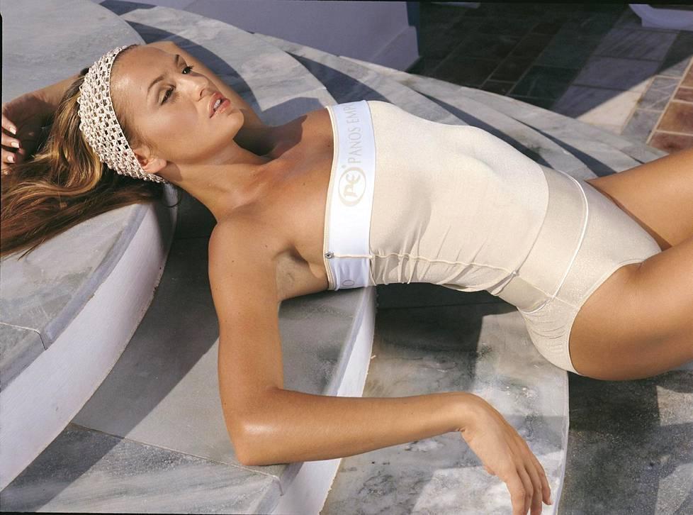 Janina poseerasi seksikkäistä uima-asuistaan tunnetun Panos Emporion kasvona viiden vuoden ajan 2000-luvun alkupuolella.
