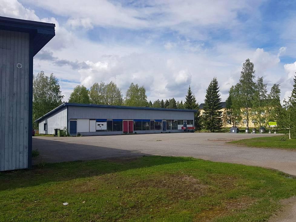Tässä oli ennen muun muassa pankki, parturi ja kauppa. Liikerakennuksen takana näkyy koulu, jossa vietettiin viimeisiä päättäjäisiä tänä keväänä.