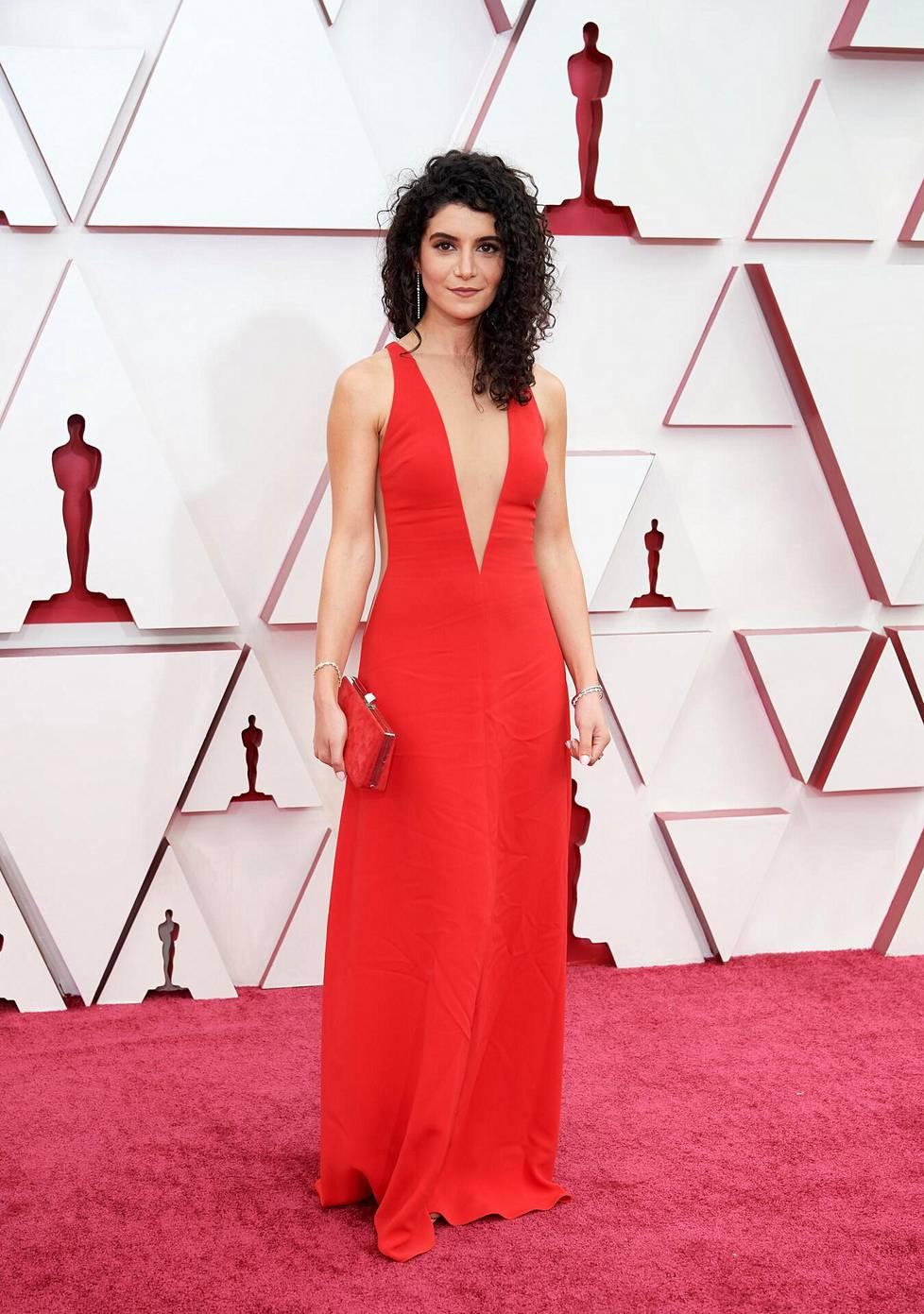 Käsikirjoittaja Nina Pedrad hurmasi niin ikään punaisessa, syvään uurretussa iltapuvussa. Hän oli ehdolla parhaasta sovitetusta käsikirjoituksesta Borat 2 -elokuvasta.