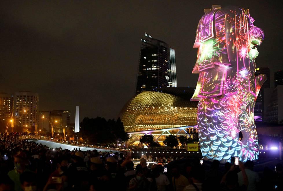 Singaporessa ilotulitus oli peruttu, joten ihmiset seurasivat sen sijaan uudenvuoden valoshow'ta.