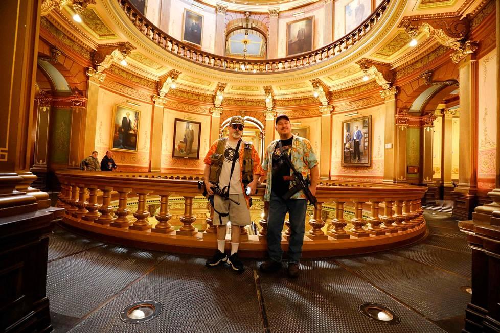 Olalle vie. Yhdysvalloissa vapaan aseenkanto-oikeuden puolustajat osallistuivat vuotuiseen mielenilmaukseen ja poseerasivat Michiganin osavaltioparlamentissa Lansingissa.
