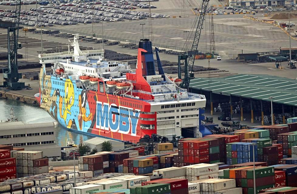 Yksi poliiseja majoittavista laivoista joutui pilkan kohteeksi kylkensä kuvien takia.