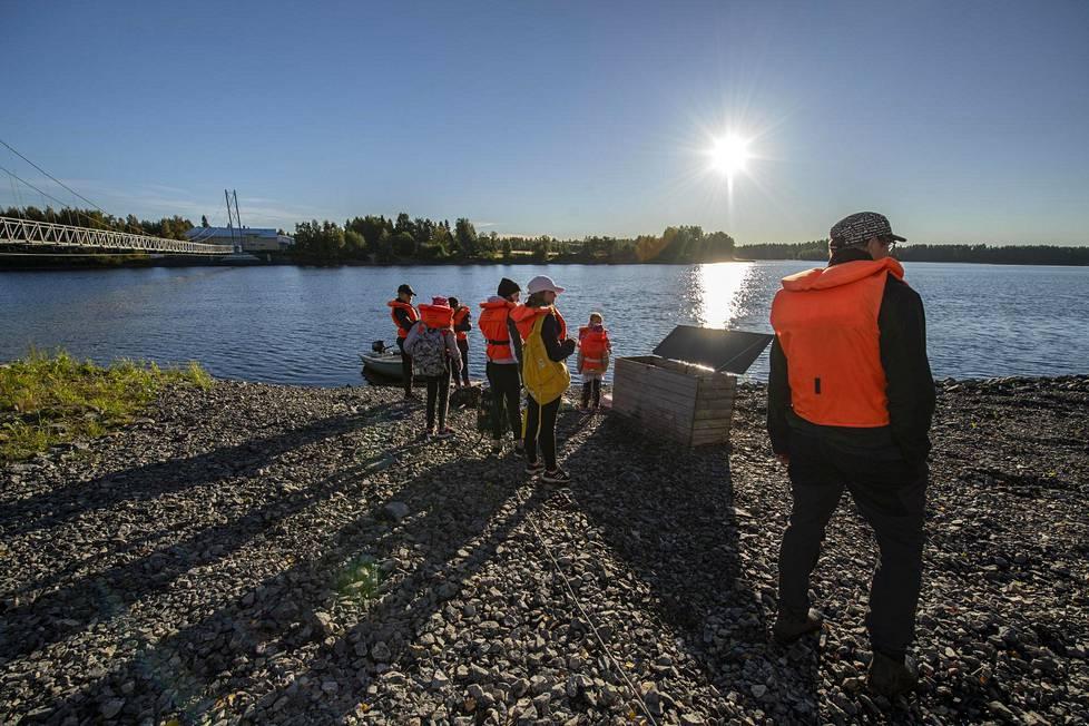 Koululaisia kuljetetaan venekuljetuksella syyskuun loppuun saakka.