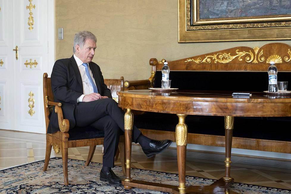 Ennen presidentin saapumista Linnassa on pyydetty, ettei pintoihin koskettaisi. Turvaväli presidenttiin on muutaman metrin.