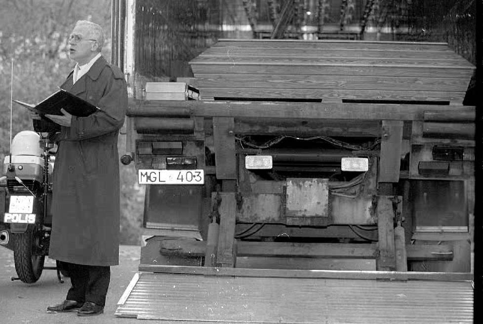 Valtion vanha margariinitehdas Helsingin Sörnäisissä toimi Estonian uhrien säilytyspaikkana 1994. Kirkkoherra Kaj Engström piti muistotilaisuuden sinne tuoduille uhreille.