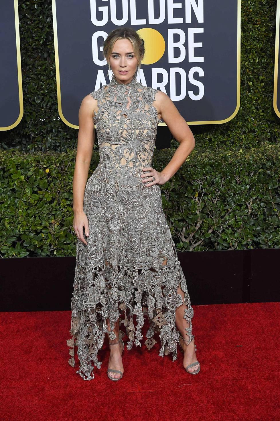 Emily Bluntin näyttävästi kirjailtu, hopeinen juhlaeleganssi sai suitsutusta muotilehdiltä. Blunt oli ehdolla parhaaksi naisnäyttelijäksi musikaalissa tai komediassa, mutta voiton vei Olivia Colman.