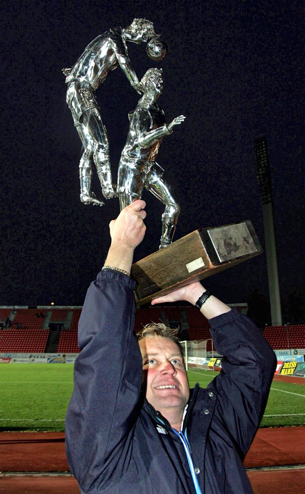 Valmentaja Hjelm pääsi kannattelemaan mestaruuspalkintoa heti perään 2007.