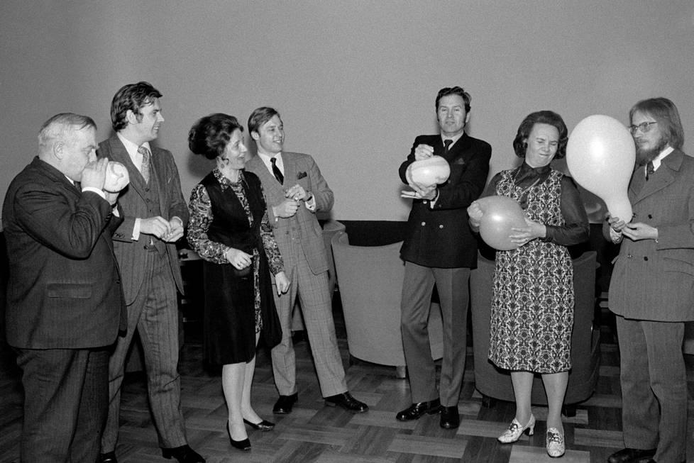Ilmapalloleikkejä eduskunnassa keväällä 1971. Salolainen kuvassa keskellä.