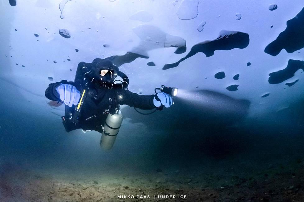 Korona-aikana Mikko Paasi on päässyt käyttämään myös taitojaan kuvaajana. Lopella sijaitsevan Iso-Melkuttimen järven jääkannen alla otetussa kuvassa sukeltaa Fredrik Lindblad.