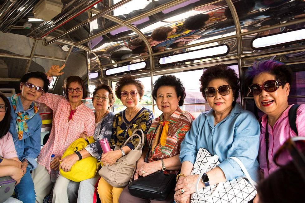 Joukko Bangkokista lähtöisin olevia rouvia saapui 7. heinäkuuta Tham Luangin luolalle seuraamaan tapahtumia silkasta mielenkiinnosta. Luolan välittömään läheisyyteen heillä ei kuitenkaan ollut asiaa.