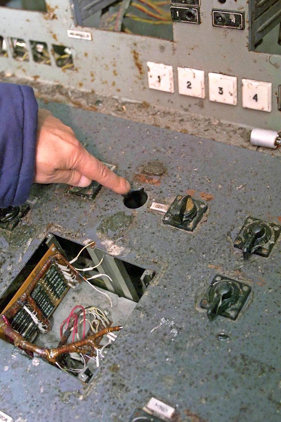 Reaktorin hätäpysäytyskatkasija AZ-5:n paikalla on tyhjä kolo Sen piti pysäyttää koe, mutta se laukaisikin tuhon. Valvomossa kokeen läpiviemisestä vastanneet ydinvoimalaoperaattorit saivat kuolettavan säteilyannoksen ja kuolivat ennen vuoden loppua.