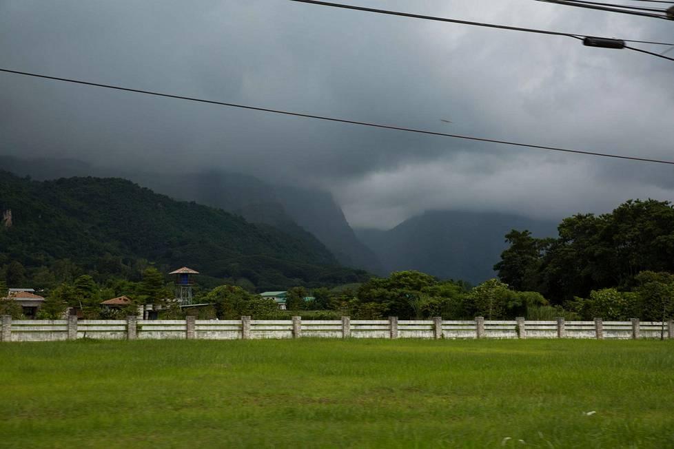 Sadepilvet luolan sisälleen kätkevien vuorten yllä tiesivät mahdollisia vaikeuksia pelastustöille.