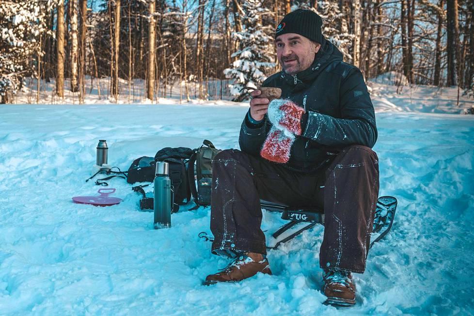Normaalina talvena Mikko Paasi olisi perheineen Thaimaassa pyörittämässä sukelluskouluaan. Tämä talvi kuluu koronan vuoksi Suomessa.