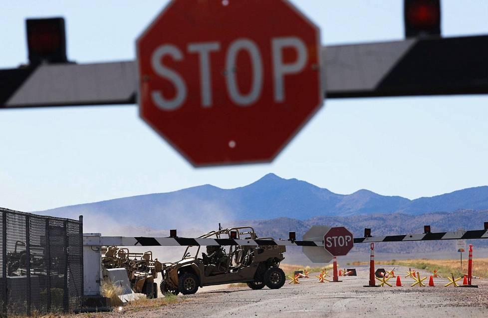 Sotilasajoneuvoja alueen portilla.