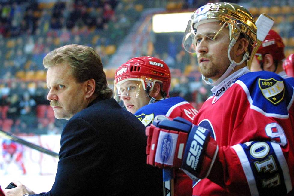 Pentti Matikainen, Jan Caloun ja Jaroslav Bednar HIFK:n vaihtoaitiossa ottelussa Pelicansia vastaan 6. maaliskuuta 2001.