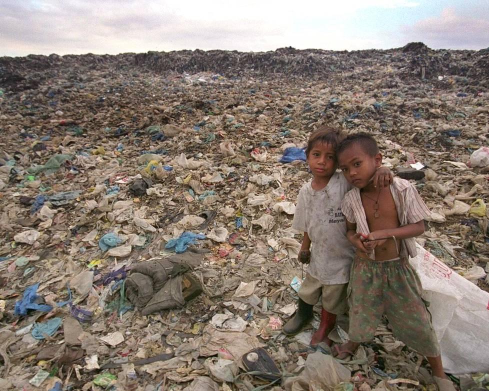Lapset etsivät Smokey Mountainin kaatopaikalla myyntikelpoista materiaalia. Kuva vuodelta 2007.
