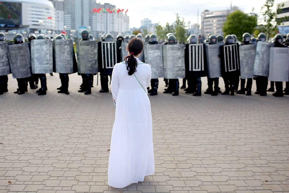 Lady in white. Valko-Venäjän hallinnon vastaisten mielenosoittajien symboliksi ovat nousseet valkoisiin pukeutuneet naiset, jotka ovat uhmanneet mellakkapoliiseja kukat käsissään. Kuva viime sunnuntailta Minskistä.