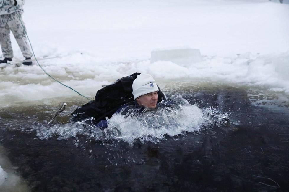 Vedessä ei saa joutua paniikkiin. Mikäli sotilas alkaa hyperventiloida, ei kouluttaja päästä häntä ylös ennen kuin hengitys on rauhoittunut.