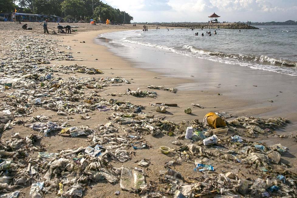 Huhtikuussa Indonesiassa Balilla oli muovijätettä rannalla.