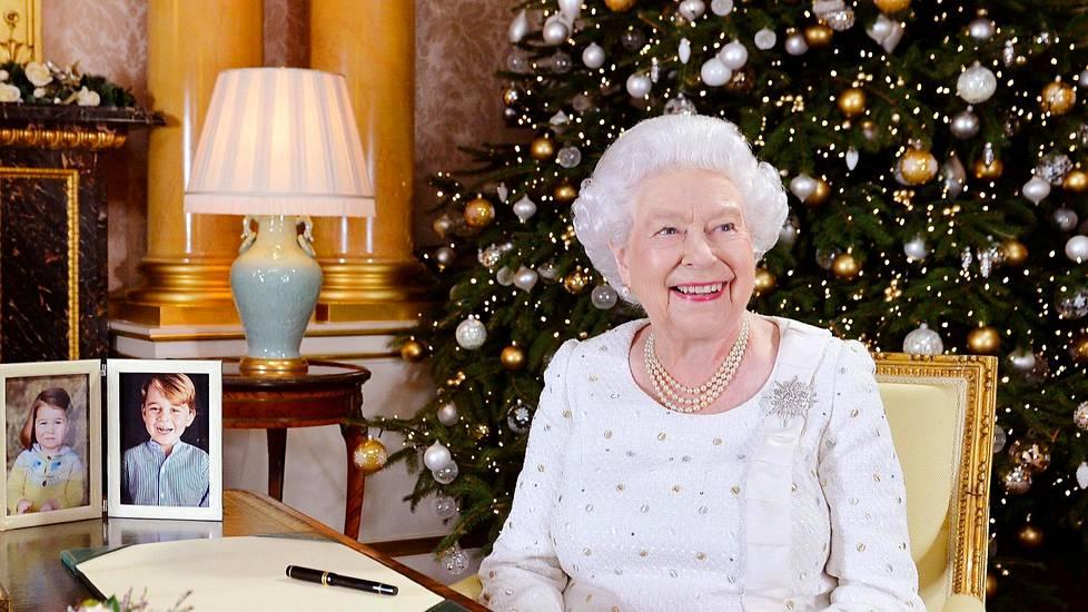 Kuningatar Elisabet nauhoittaa joka vuosi joulutervehdyksen kansalle. Se esitetään joulupäivänä Britanniassa ja Kansainyhteisön maissa.