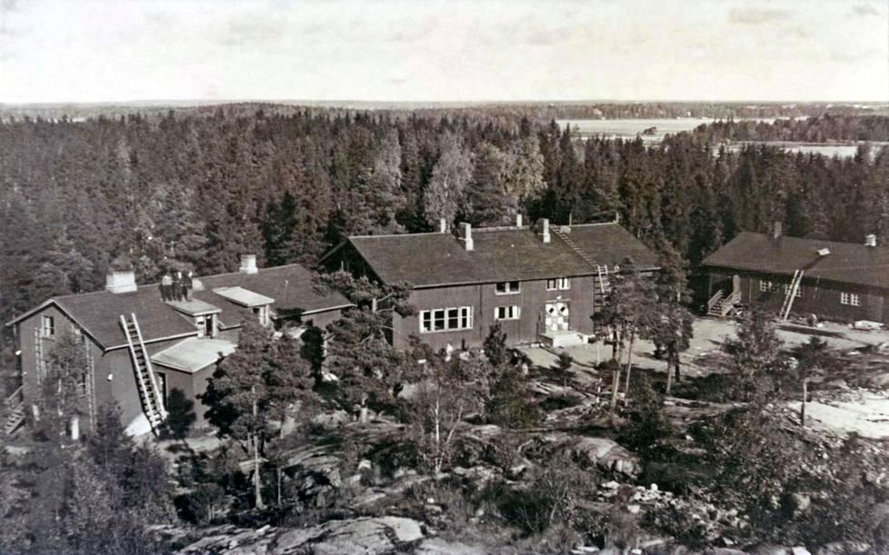 Sirola-opisto toimi näissä parakeissa ensimmäisen lukuvuotensa 1946/47 ennen kuin muutti Vanajanlinnaan.