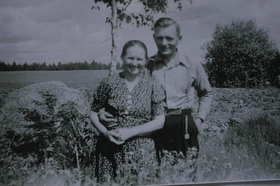 Anni ja Joonas Korolainen viime sotien jälkeen Ritoniemessä otetussa valokuvassa. Joonas palveli talvisodassa kotijoukoissa ja jatkosodassa vääpelinä Aunuksen Karjalassa.