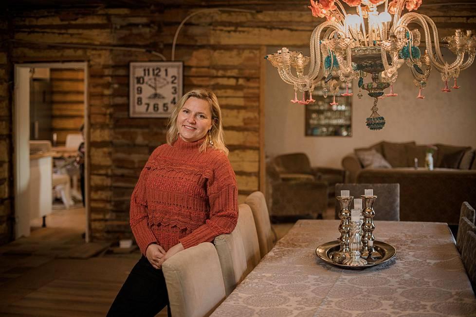Noin 300-neliöinen vanha maatilan päärakennus on nyt Lemminkien pysyvä koti.