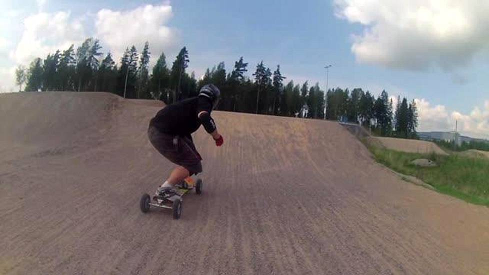 Videoartikkeli, After Dark. Matti Suur-Hamari mountainboarding