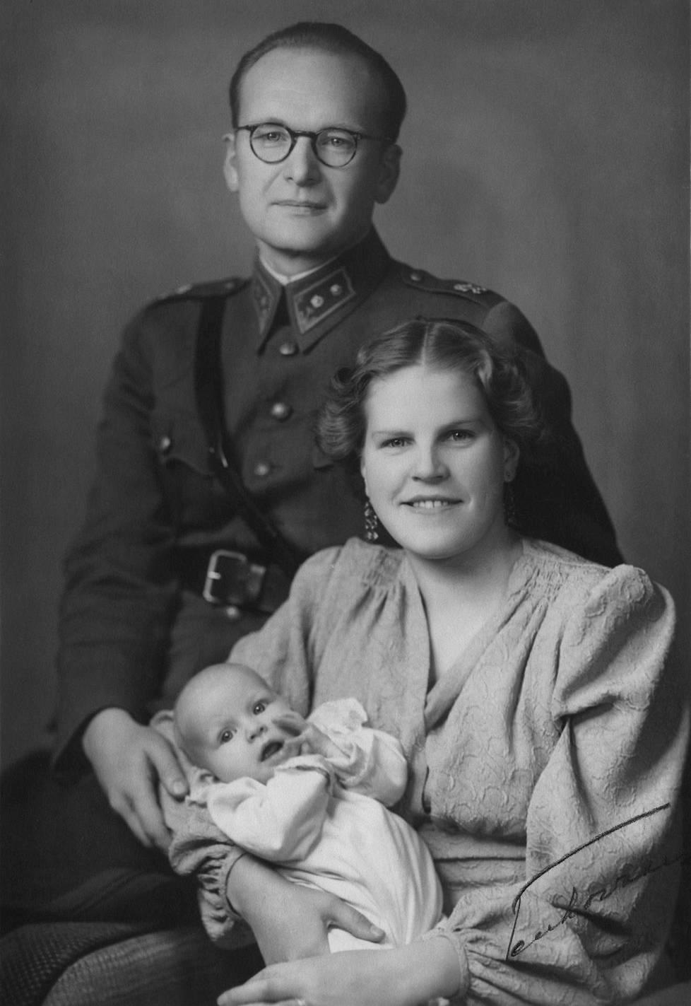 Untamo ja Meri Utrion hääkuva 1942. Mukana on tyttövauvansa Kaari.