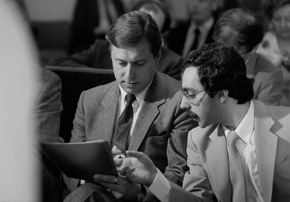Pertti Salolainen ja Ben Zyskowicz puoluevaltuuston kokouksessa toukokuussa 1983.