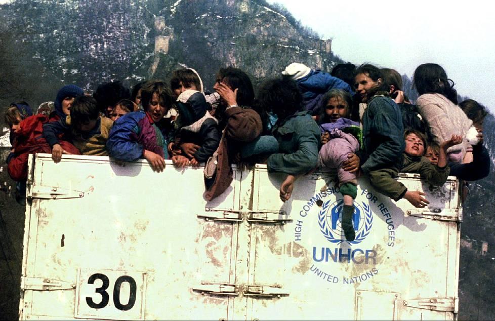 Bosnian muslimit pakenivat kansanmurhaa Srebrenicassa 1993.