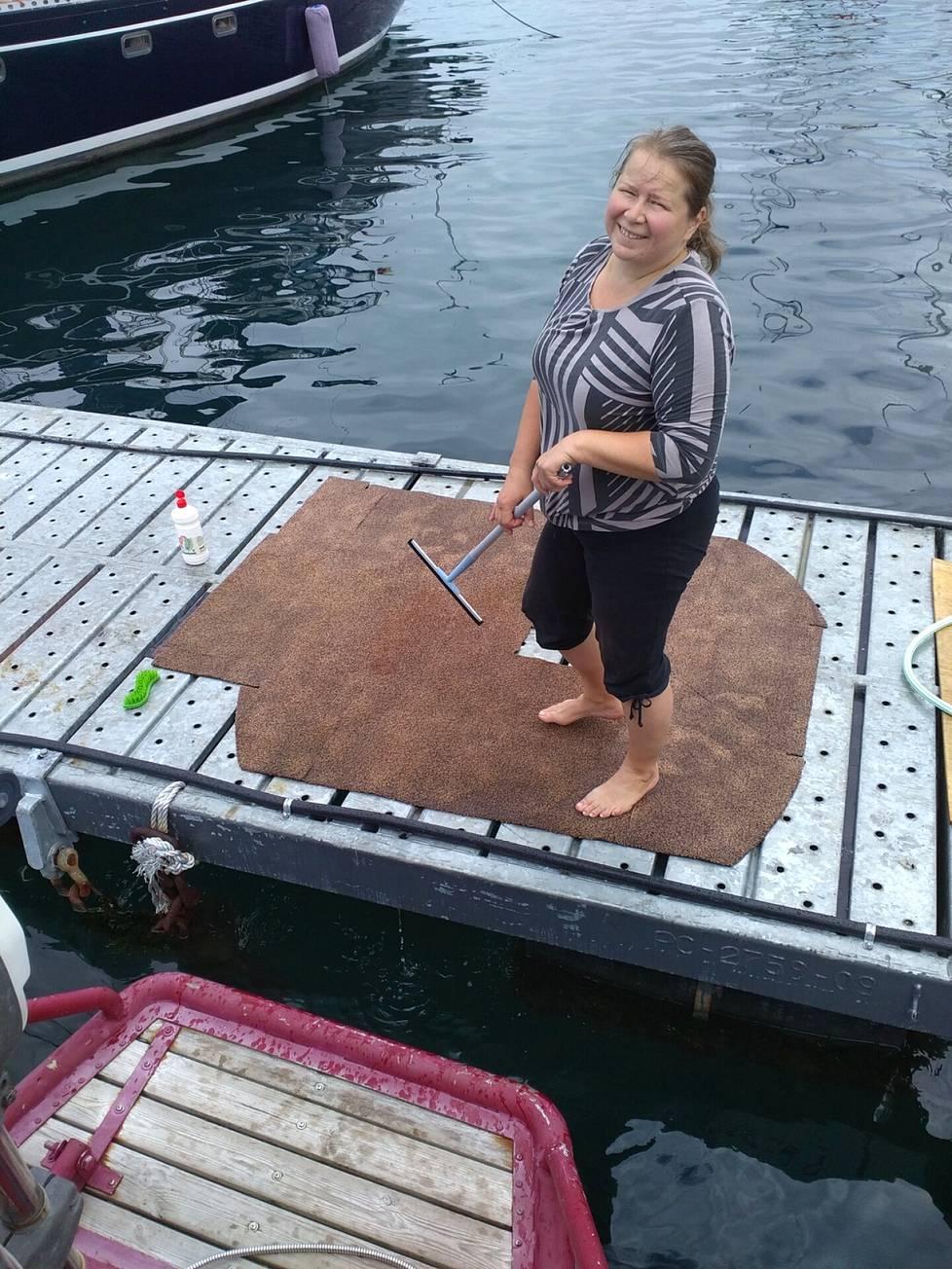 Laivaelämä vaatii jatkuvaa korjailua, huoltoa ja siivoamista, kuten mattojen pesua.