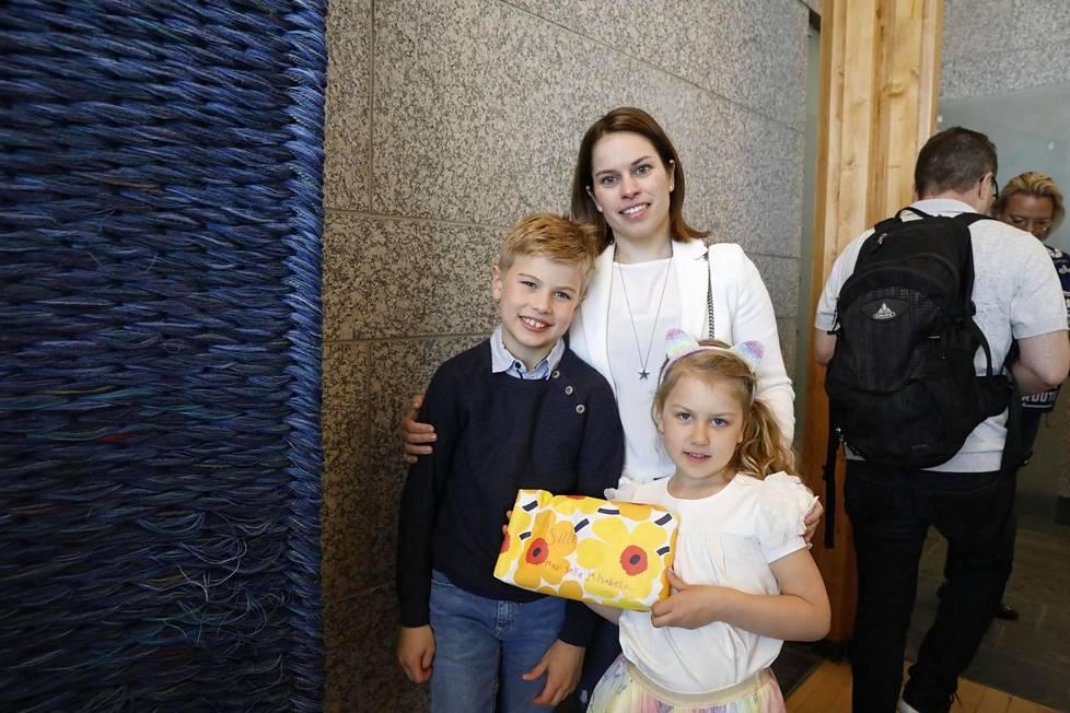 Salla, Max ja Isabella saapuivat kultasankariaan Kristian Kuuselaa vastaan. 6-vuotiaalla Isbellalla oli yllätyslahja maailmanmestarina kotiin palaavalle Kristian-isälle.