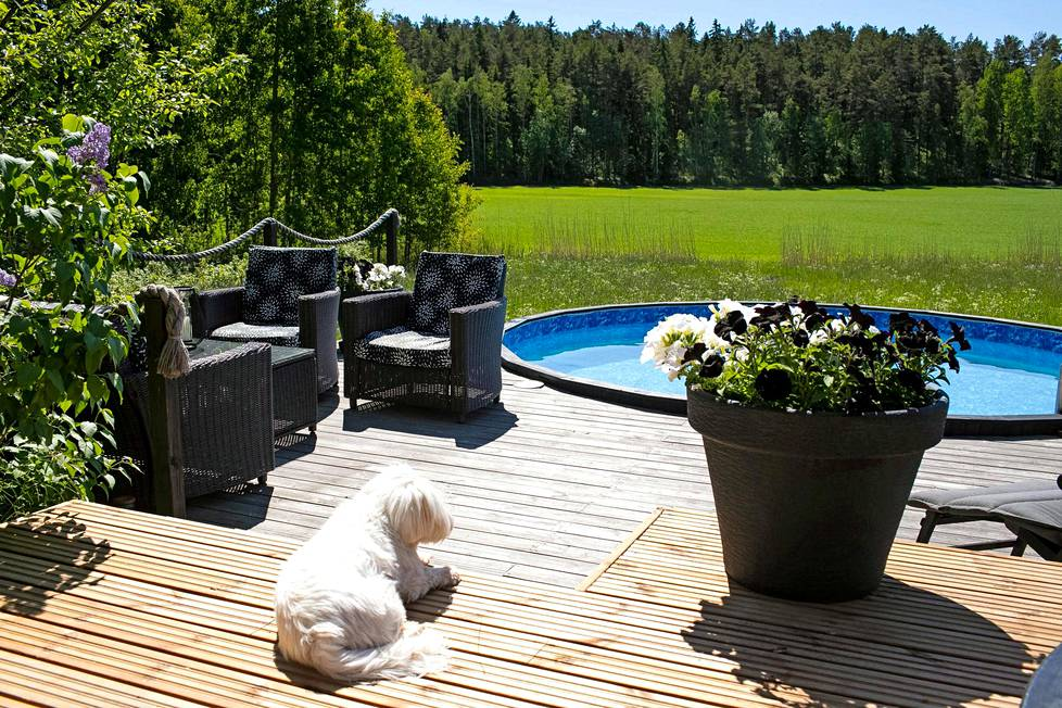 Takapihalla on sauna, suuri terassi ja uima-allas.