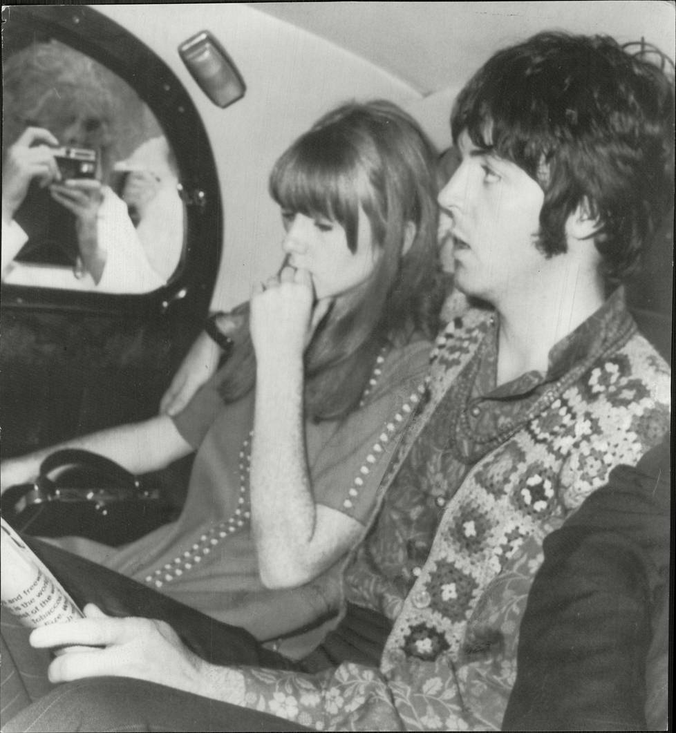 McCartney kuvattuna Jane Asherin kanssa 1967.