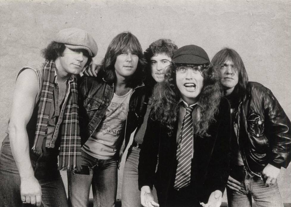 Brian Johnson, Cliff Williams, Simon Wright, Angus Young ja Malcolm Young kuvattuna 80-luvulla.