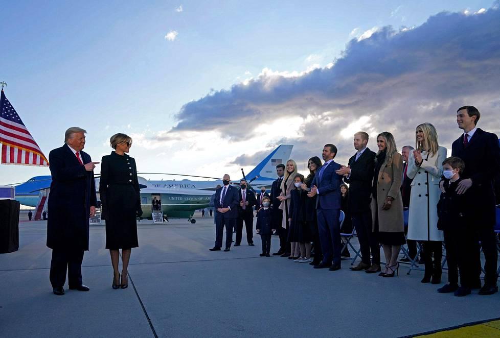 Donald Trump vaimoineen hyvästeli kannattajansa Andrewsin lentotukikohdassa.