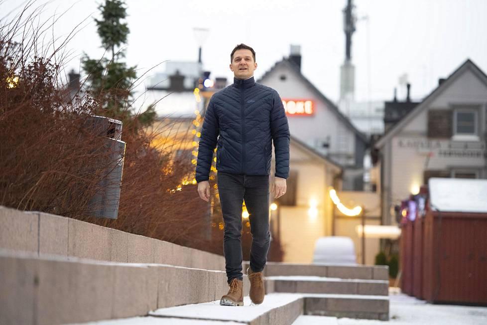 Konkurssin jälkeen nuori yrittäjä lepäsi. Sitten hän aloitti liiketalouden opinnot. Asseri valmistui tradenomiksi vuosi sitten, ja työskentelee nyt markkinointi- ja myyntitehtävissä.