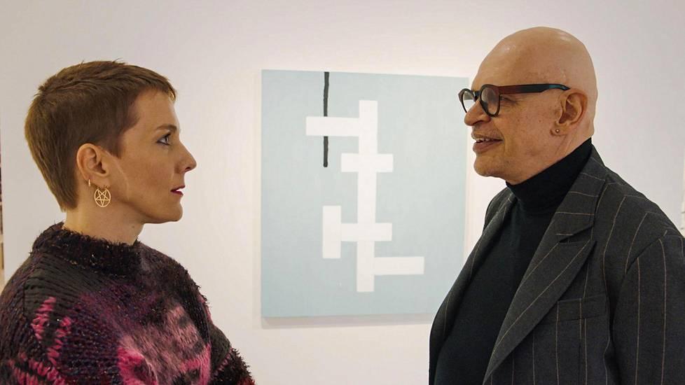 Maria Veitola oli hyvin hämmästyneen oloinen tutustuessaan tanssitähti Jorma Uotisen ylelliseen kotiin.