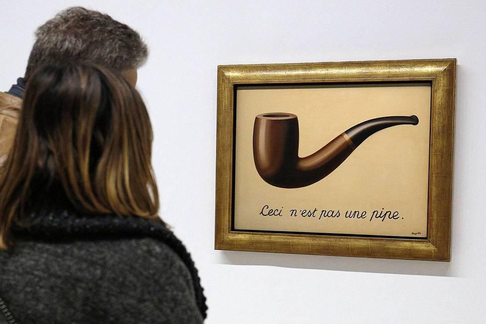 """Magritten kuuluisa piippu tai oikeastaan """"Tämä ei ole piippu"""". Teoksen virallinen nimi on """"Kuvien petollisuus"""". Teos oli esillä Pariisissa Pompidou-keskuksessa."""