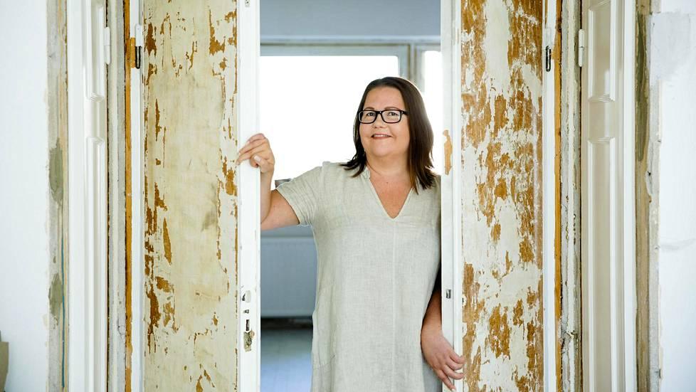 Tamperelainen Maarit Oikarinen remontoi asuntoja harrastusmielessä. Hänellä on päivätyö yliopistolla virusopin tutkijatohtorina.