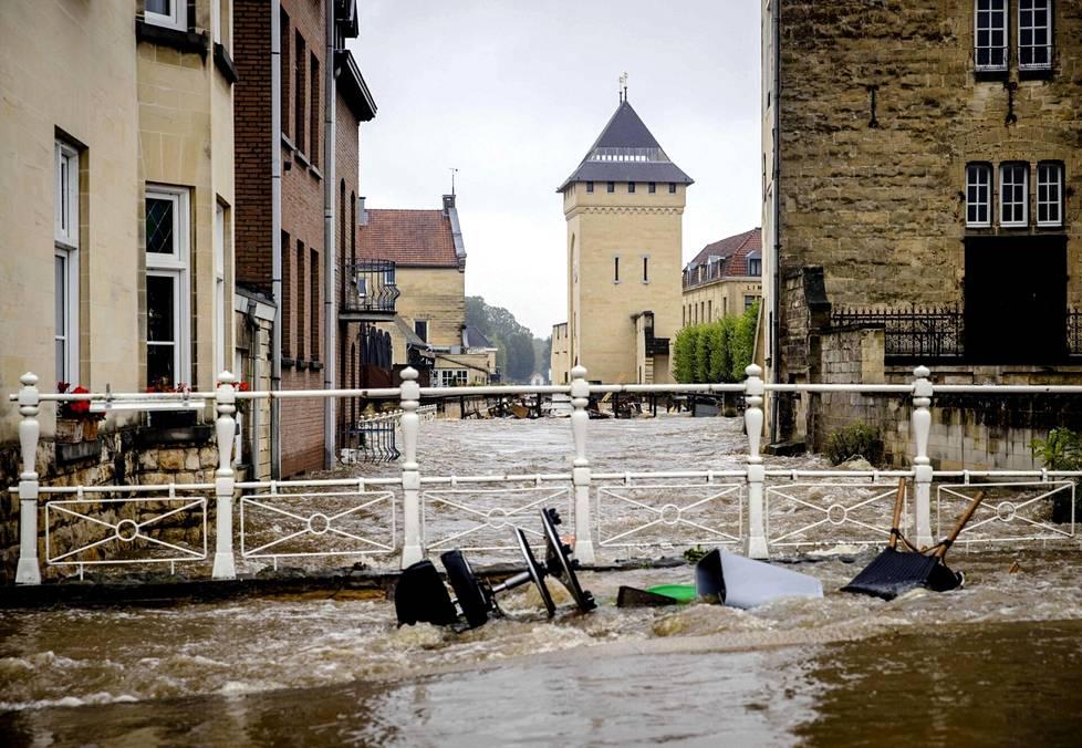 Geul-joki on tulvinut Valkenburgin keskustassa Alankomaissa.